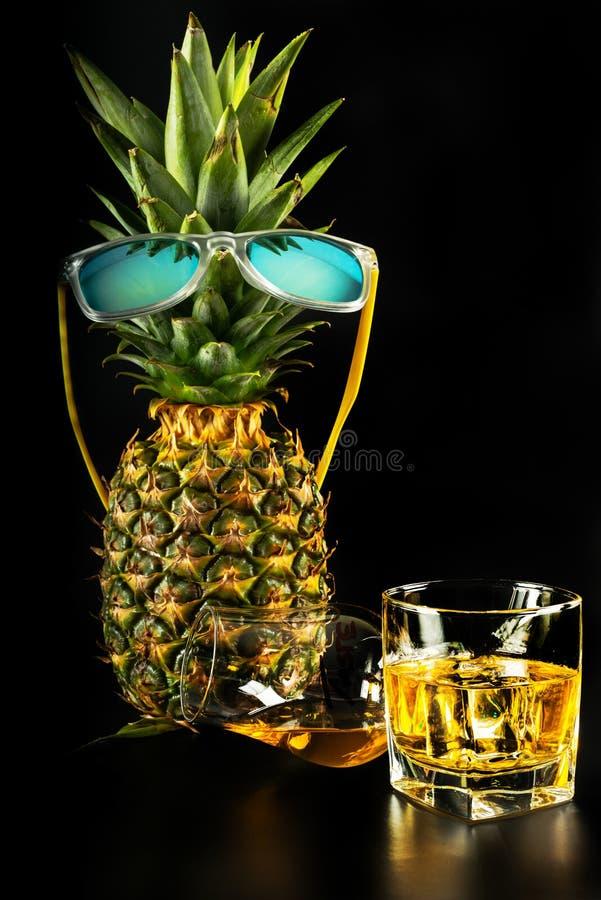 Whiskey écossais dans un verre avec l'ananas, whiskey d'or de couleur photos stock