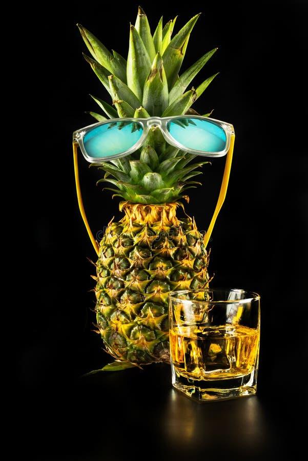 Whiskey écossais dans un verre avec l'ananas, whiskey d'or de couleur images stock