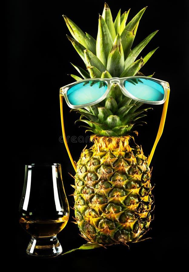 Whiskey écossais dans un verre avec l'ananas, whiskey d'or de couleur photo libre de droits