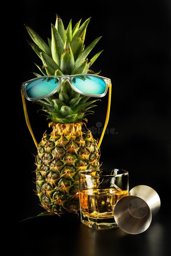 Whiskey écossais dans un verre avec l'ananas, whiskey d'or de couleur photo stock
