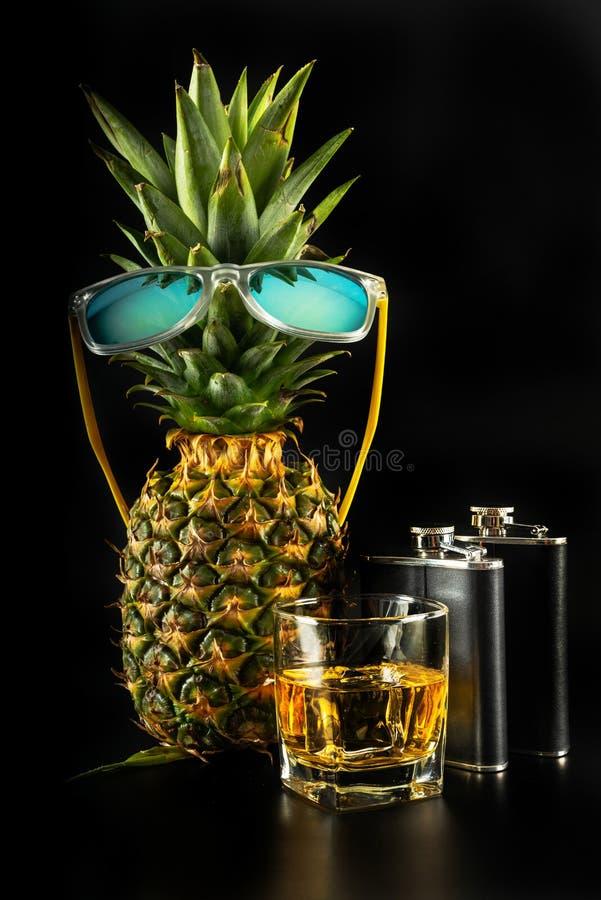 Whiskey écossais dans un verre avec l'ananas, whiskey d'or de couleur image libre de droits