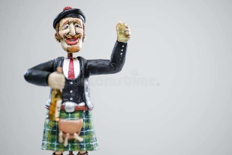 Whiskey écossais rouge en bois de sourire de gens d'homme de kilt images libres de droits