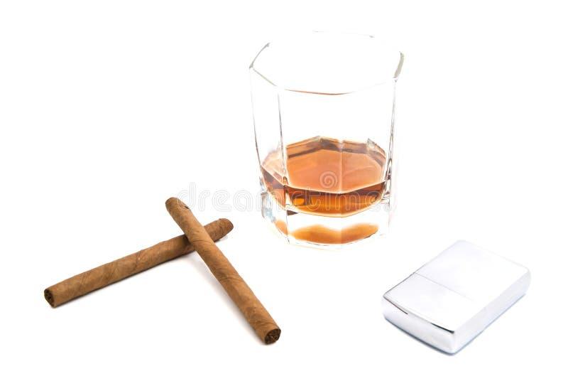 Whiskey, allumeur et deux cigarillos sur le blanc photographie stock libre de droits