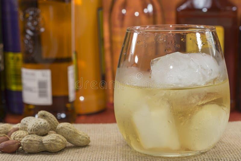 Whiskey avec de la glace photographie stock