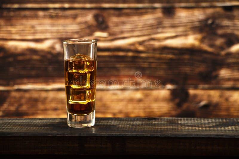 Cognac et cigare sur le noir avec la table de vintage - Place du verre a eau sur une table ...