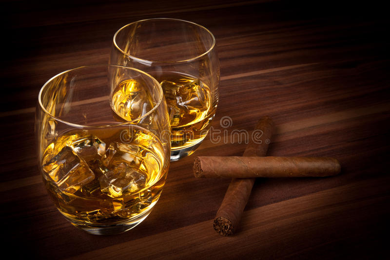 Whiskey avec des cigares photographie stock
