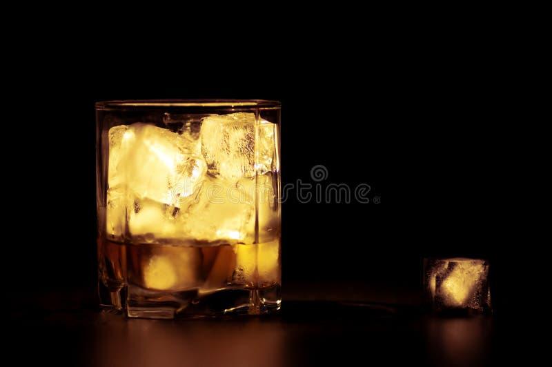 Whiskey avec des glaçons image stock
