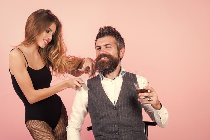 Whiskey barbu de boissons d'homme, femme sexy avec de longs cheveux bouclés images stock