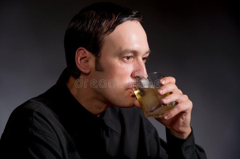 Whiskey bevente dell'uomo fotografia stock