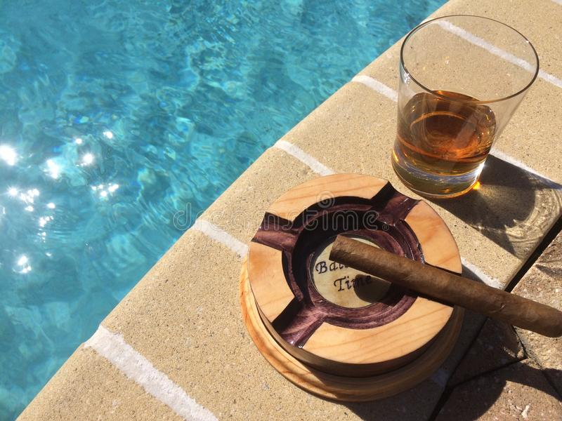 Whiskey, cigares, et soleil photo stock
