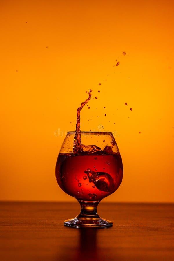 Whiskey con i cubetti di ghiaccio sulla tavola fotografie stock