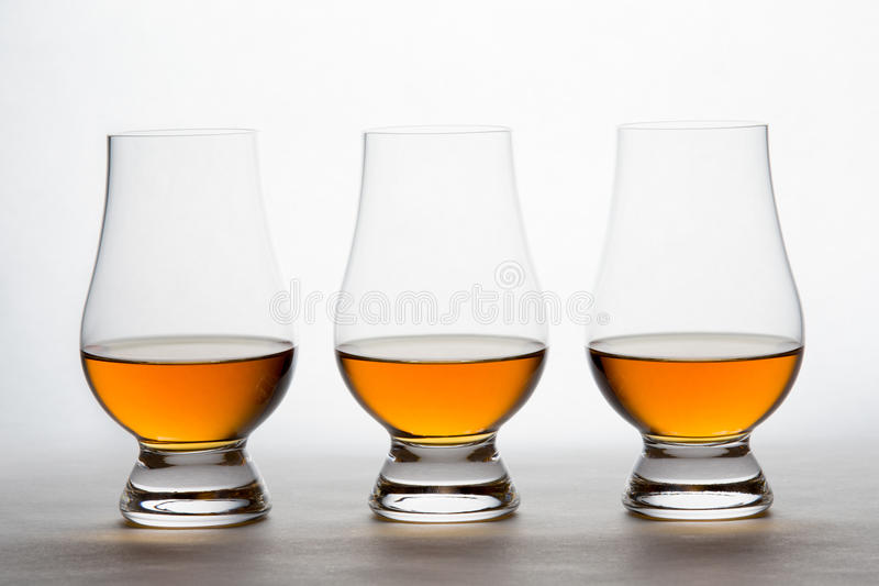 Whiskey dans trois Crystal Tasting Glasses photo stock