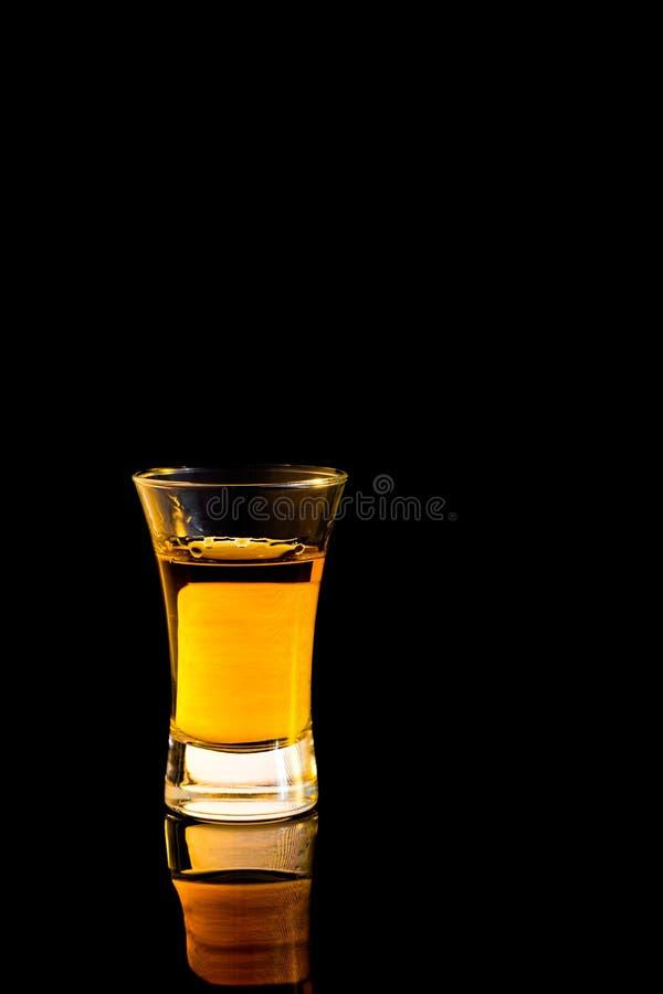 Whiskey dans un verre à liqueur images stock