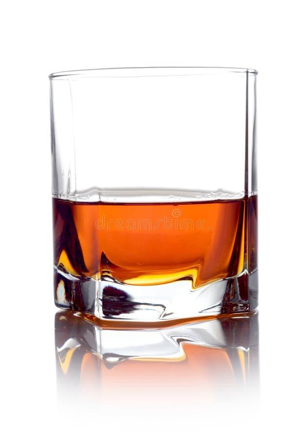 Whiskey dans un verre d'isolement sur le blanc photo libre de droits