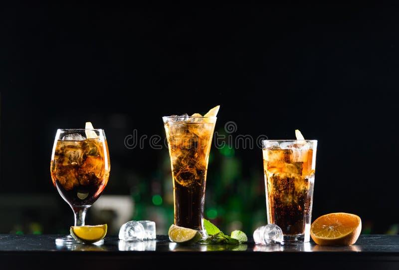 Whiskey delle bevande alcoliche e ola del  di Ñ in vetri delle forme differenti sulla tavola della barra fotografia stock libera da diritti