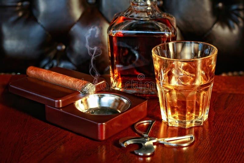 Whiskey e sigaro immagine stock libera da diritti