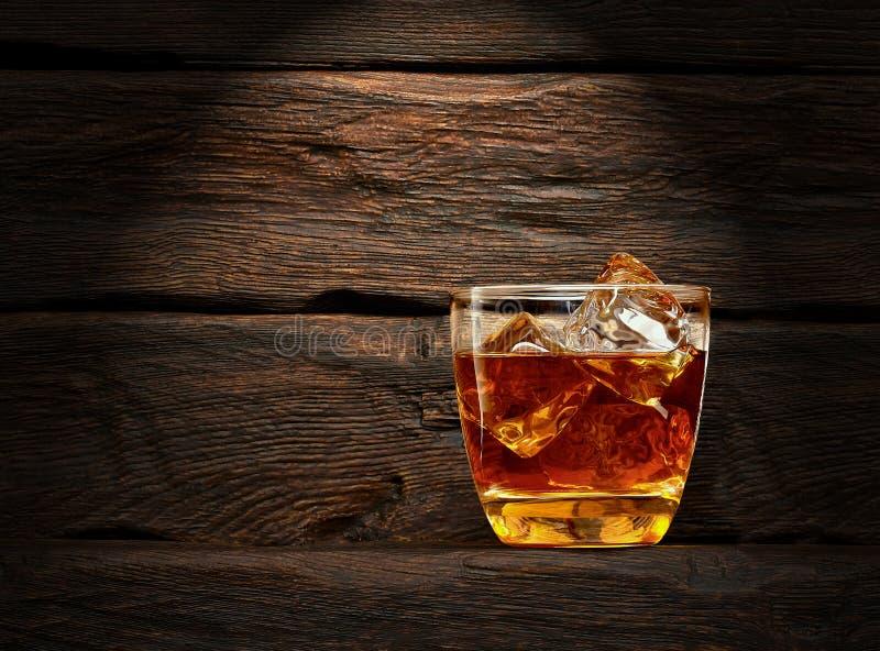 Whiskey en verre de roches images stock