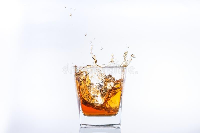 Whiskey et glace Rhum avec de la glace L'eau-de-vie fine de Brown avec ?clabousse images libres de droits