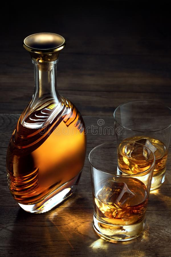 whiskey et une bouteille de côté sur le fond en bois de couleur photo libre de droits