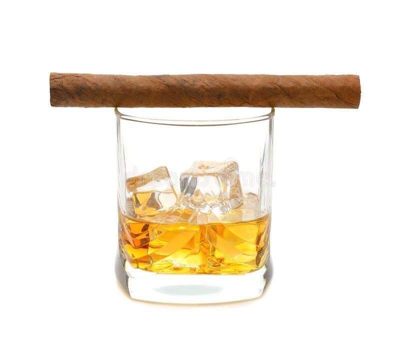 Whiskey och en cigarr royaltyfria foton