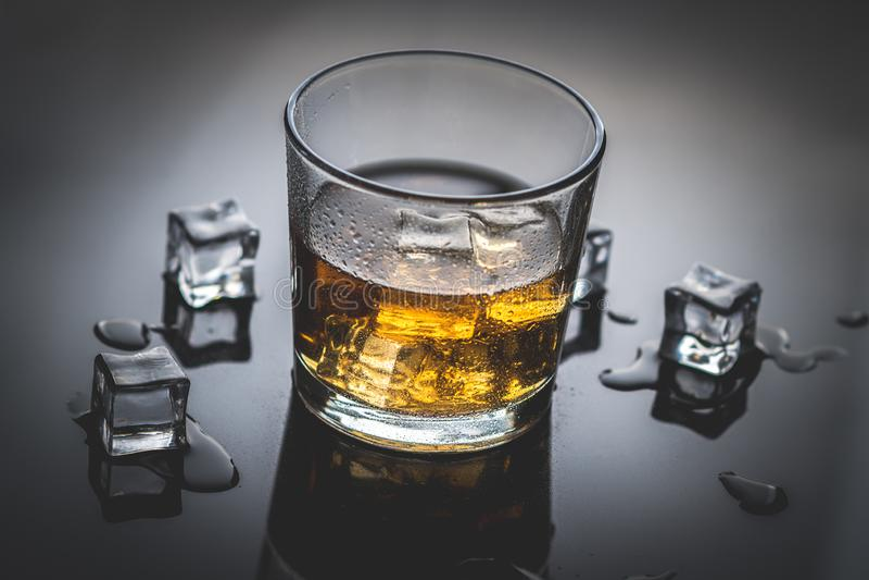 Whiskey, whiskey ou bourbon avec de la glace photo libre de droits