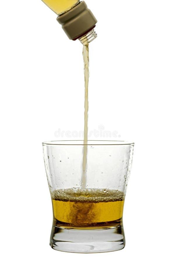 Whiskey pleuvant à torrents dans la glace photos libres de droits
