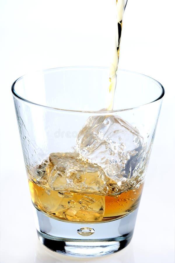 Whiskey pleuvant à torrents sur le blanc images libres de droits
