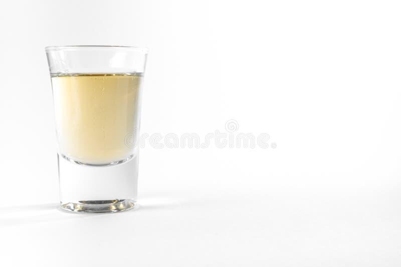 Whiskey potable de bière d'alcool de pleine partie vide de verre à liqueur clair image libre de droits