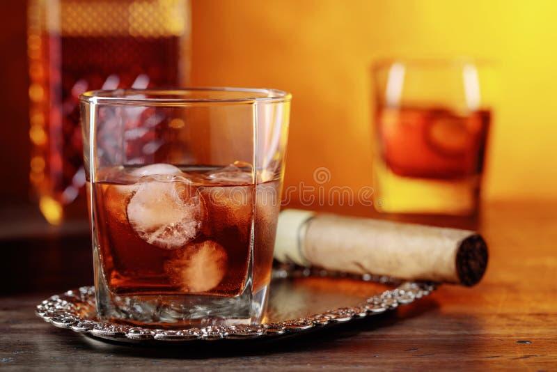 Whiskey su una vecchia tavola di legno immagini stock