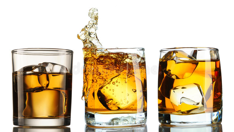 Whiskey in vetro con l'insieme del ghiaccio fotografia stock