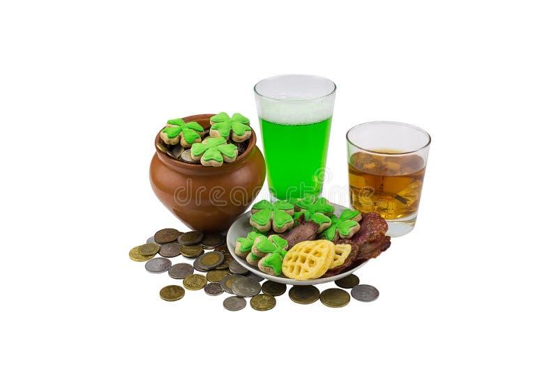 Whisky écossais de jour de saint de Patrick sur les roches avec de la bière verte avec le plat de casse-croûte du trèfle image libre de droits