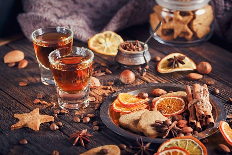 Whisky, ajerkoniak, ciastka, pikantność lub dekoracje na drewnianych półdupkach, zdjęcie royalty free