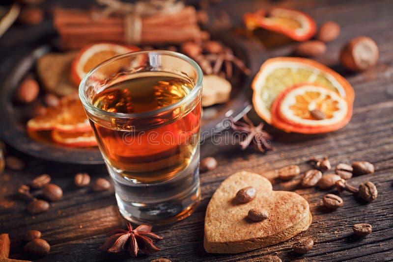 Whisky, ajerkoniak, ciastka, pikantność lub dekoracje na drewnianych półdupkach, fotografia royalty free