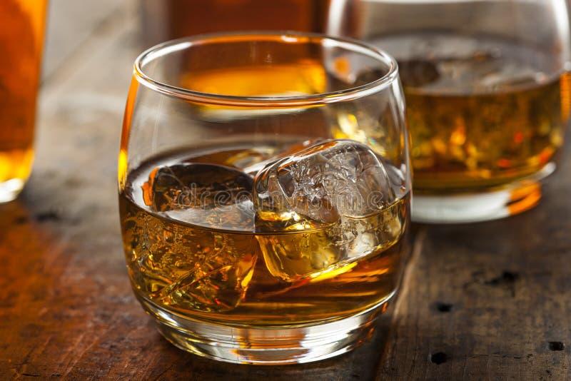 Whisky alcohólico Borbón en un vidrio con hielo foto de archivo libre de regalías