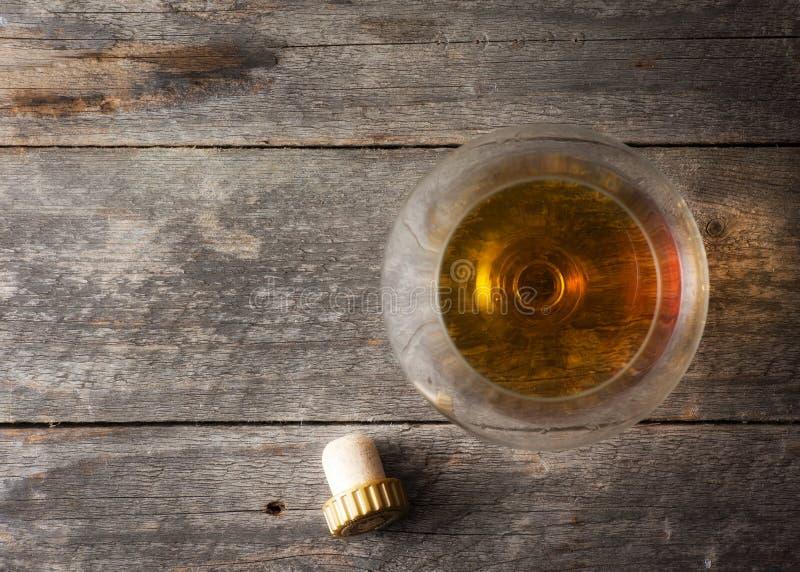 Whisky, borbón, brandy, o coñac en la tabla del registro fotos de archivo