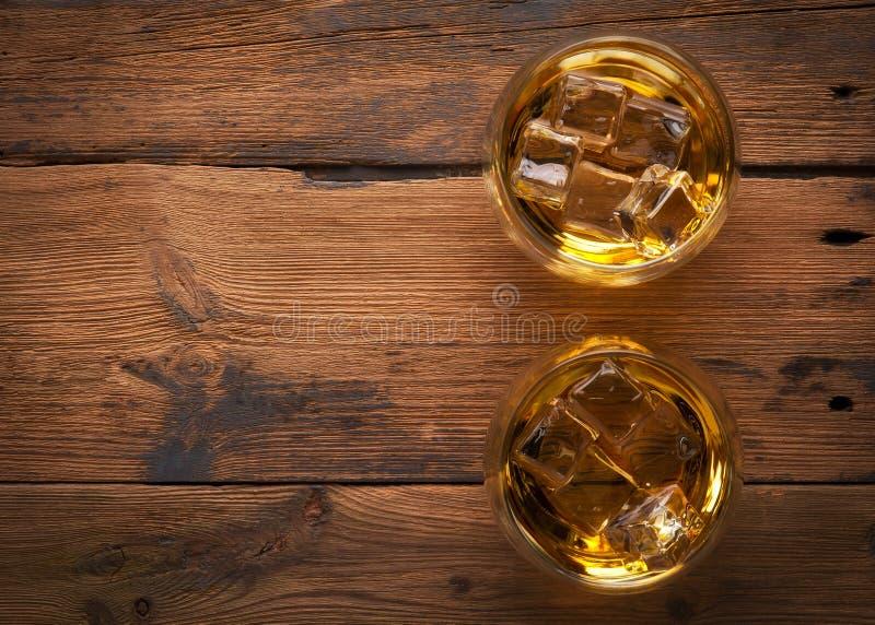 Whisky, borbón, brandy, o coñac en la tabla del registro imagen de archivo
