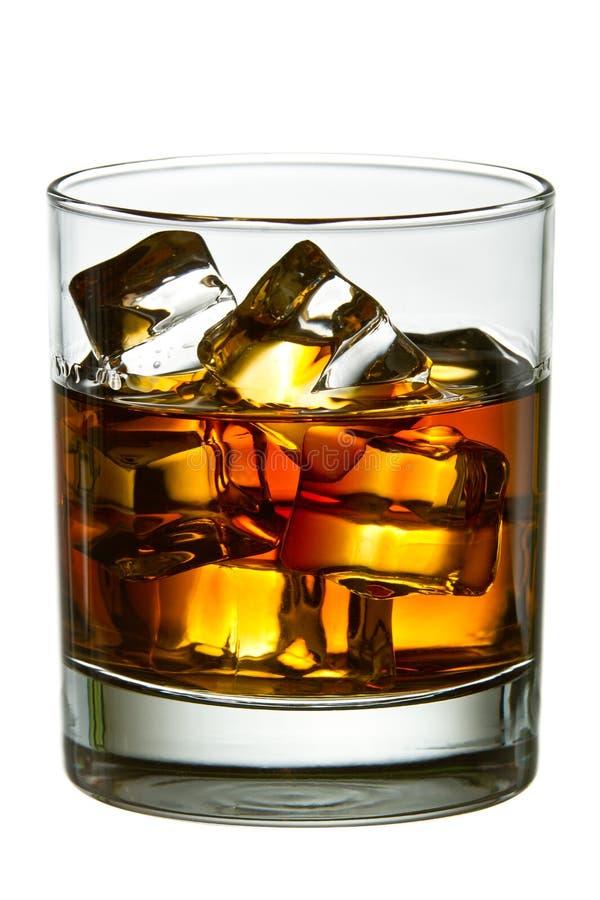 Whisky con i cubi di ghiaccio in vetro fotografia stock