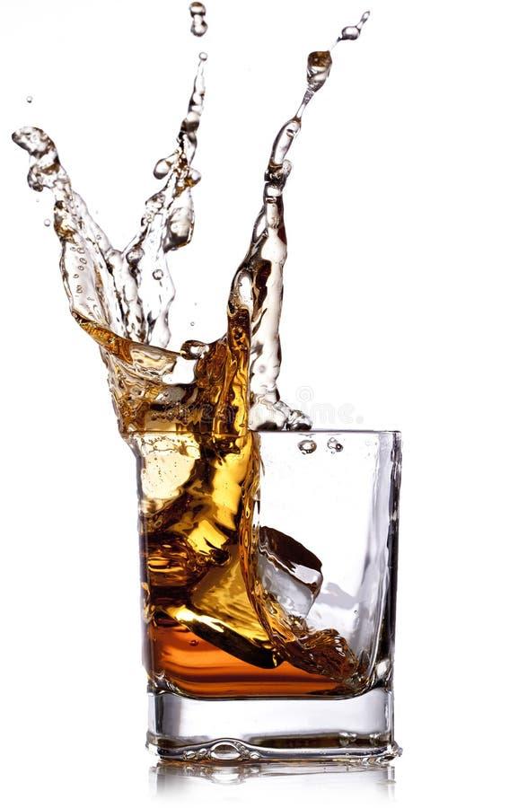 Whisky con los cubos de hielo fotos de archivo libres de regalías