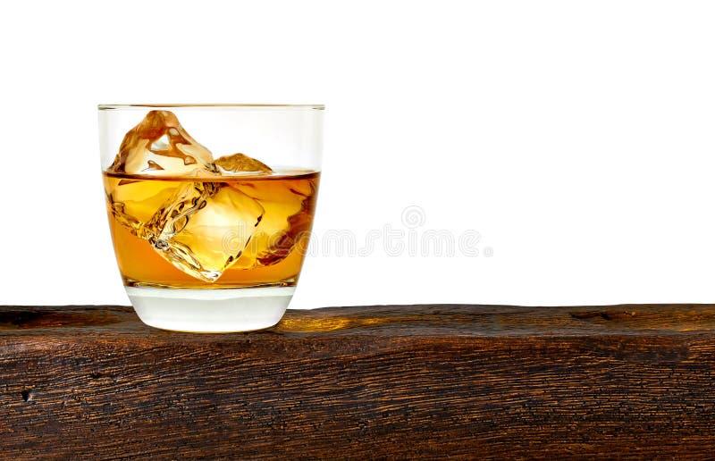 Whisky con los cubos de hielo fotografía de archivo