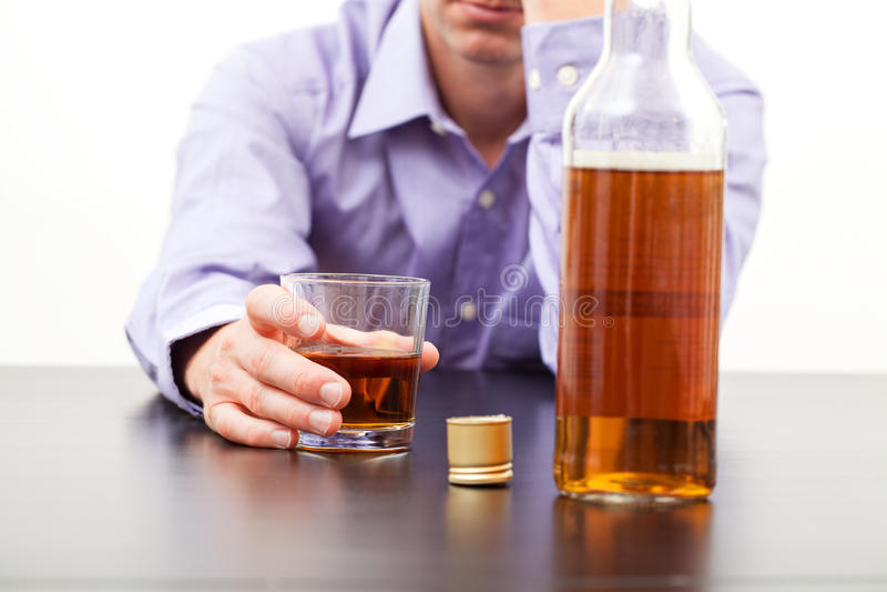 Whisky de consumición del hombre imagen de archivo