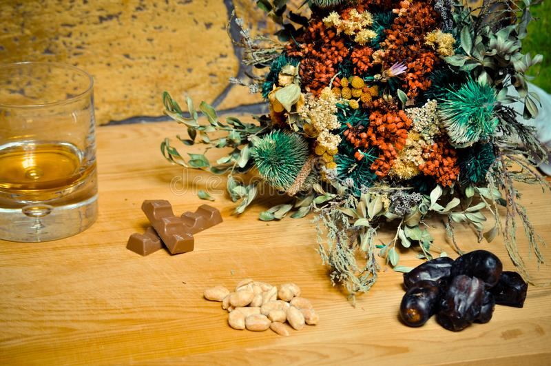 Whisky del coñac en una taza de cristal con el chocolate el concepto de cena, alcohol foto de archivo libre de regalías