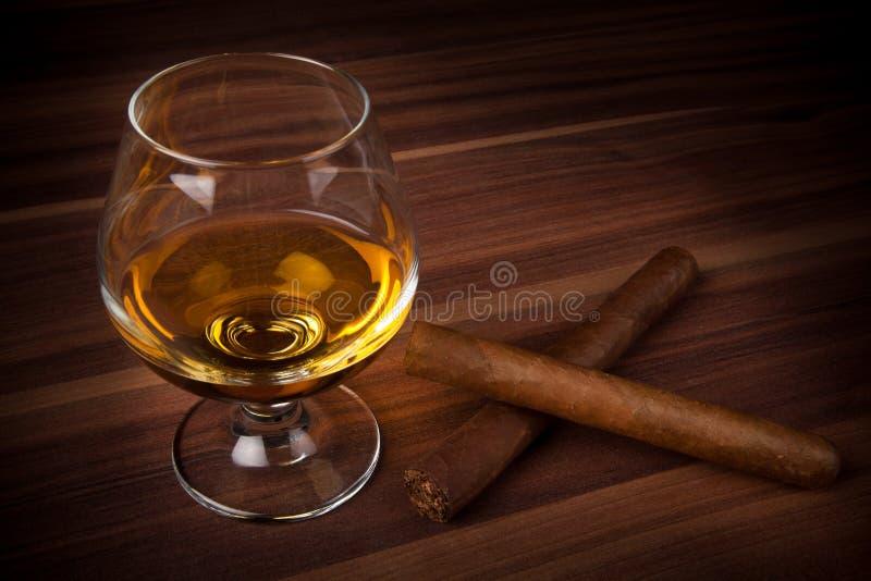Whisky in der Schallkanone mit Zigarren stockbild