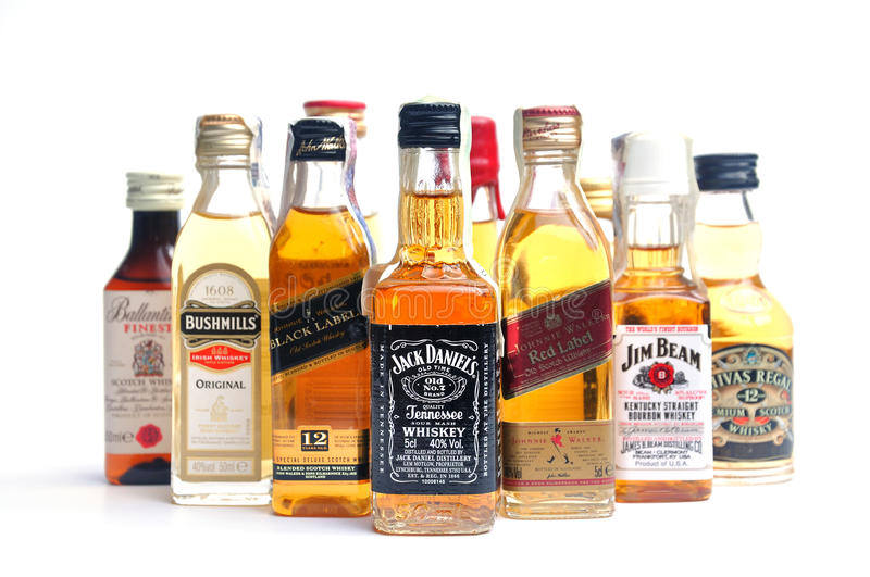 Whisky di molte bottiglie fotografia stock
