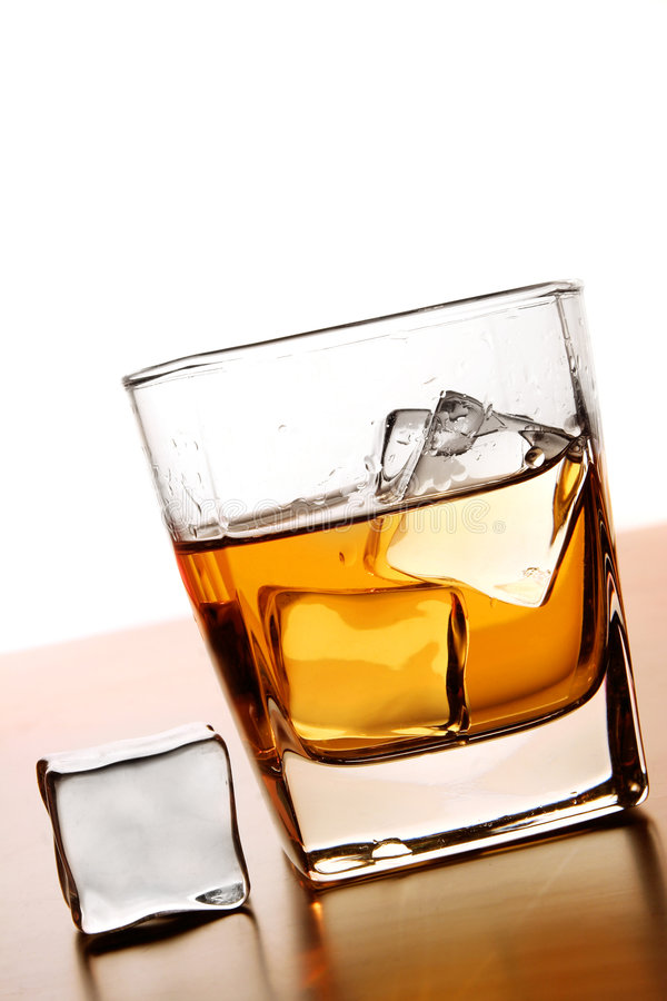 Whisky e hielo imagenes de archivo