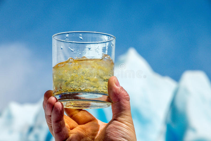 Whisky e hielo de Moreno Glacier fotos de archivo