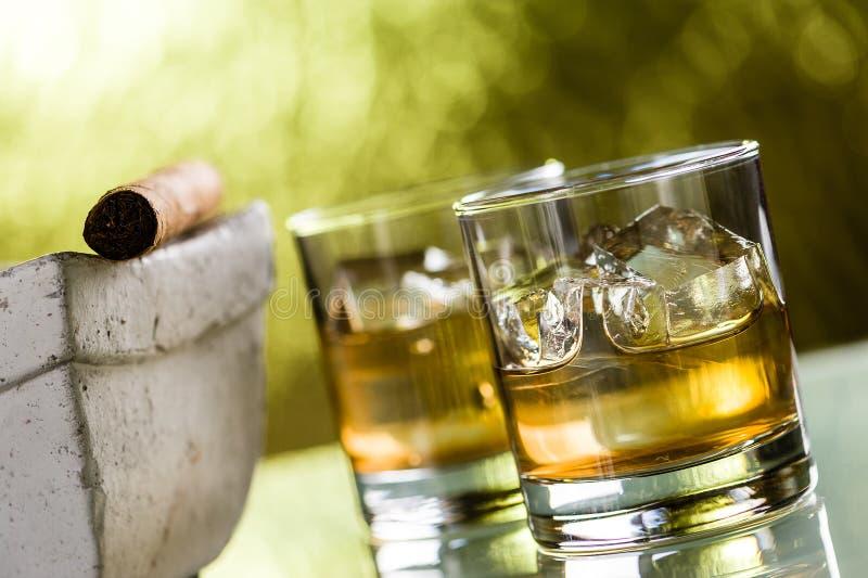 Whisky e sigaro fotografia stock