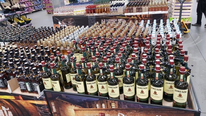 Whisky in einem Supermarkt stockfotos