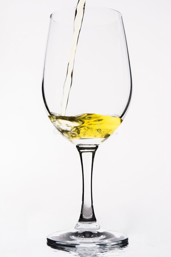 Whisky in einem Weinglas lokalisiert auf weiß- Gelb lizenzfreies stockbild