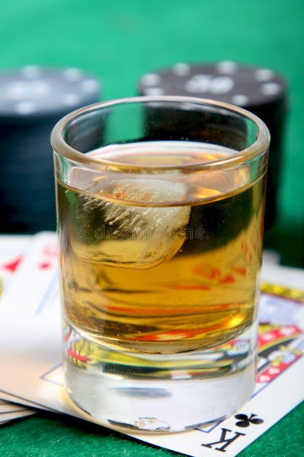 Whisky en kaarten stock foto's