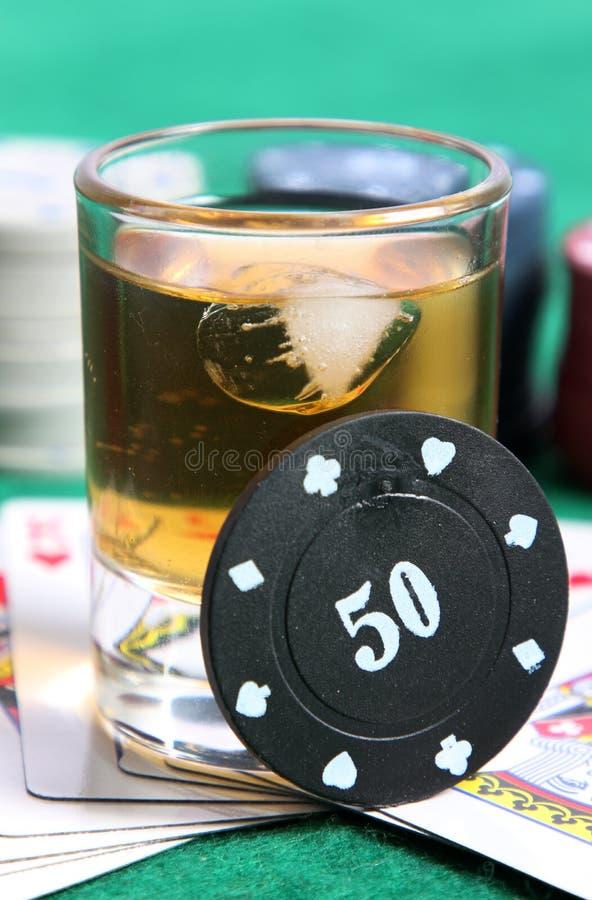 Whisky en kaarten stock foto
